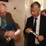 В Казахстане выпускники вскрыли капсулу времени с посланием 50-летней давности