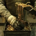 Как выплавляют золотые слитки?