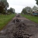 В Омской области мужчина «вспахал» асфальт угнанным трактором