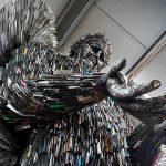 Скульптор из Великобритании собрал скульптуру ангела из 100 тысяч ножей