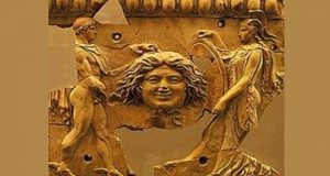 Персей передает Афине голову горгоны Медузы. Золотая рельефная пластина.
