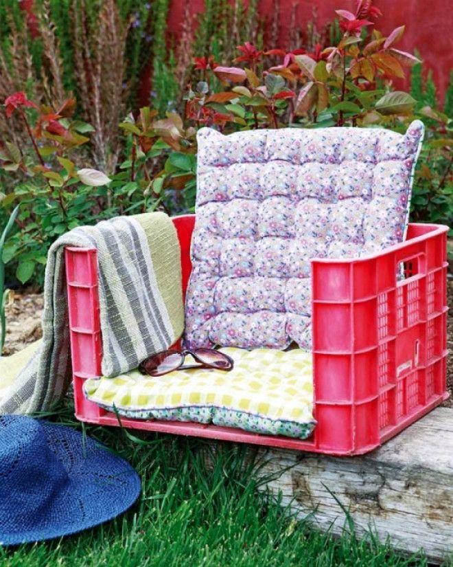 Низкий стульчик из пластикового ящика